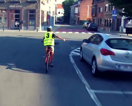 Elk kind leert veilig fietsen.